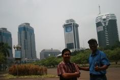 diapit gedung pencakar langit