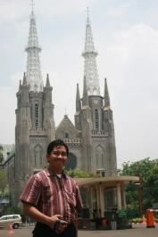 pose depan katedral