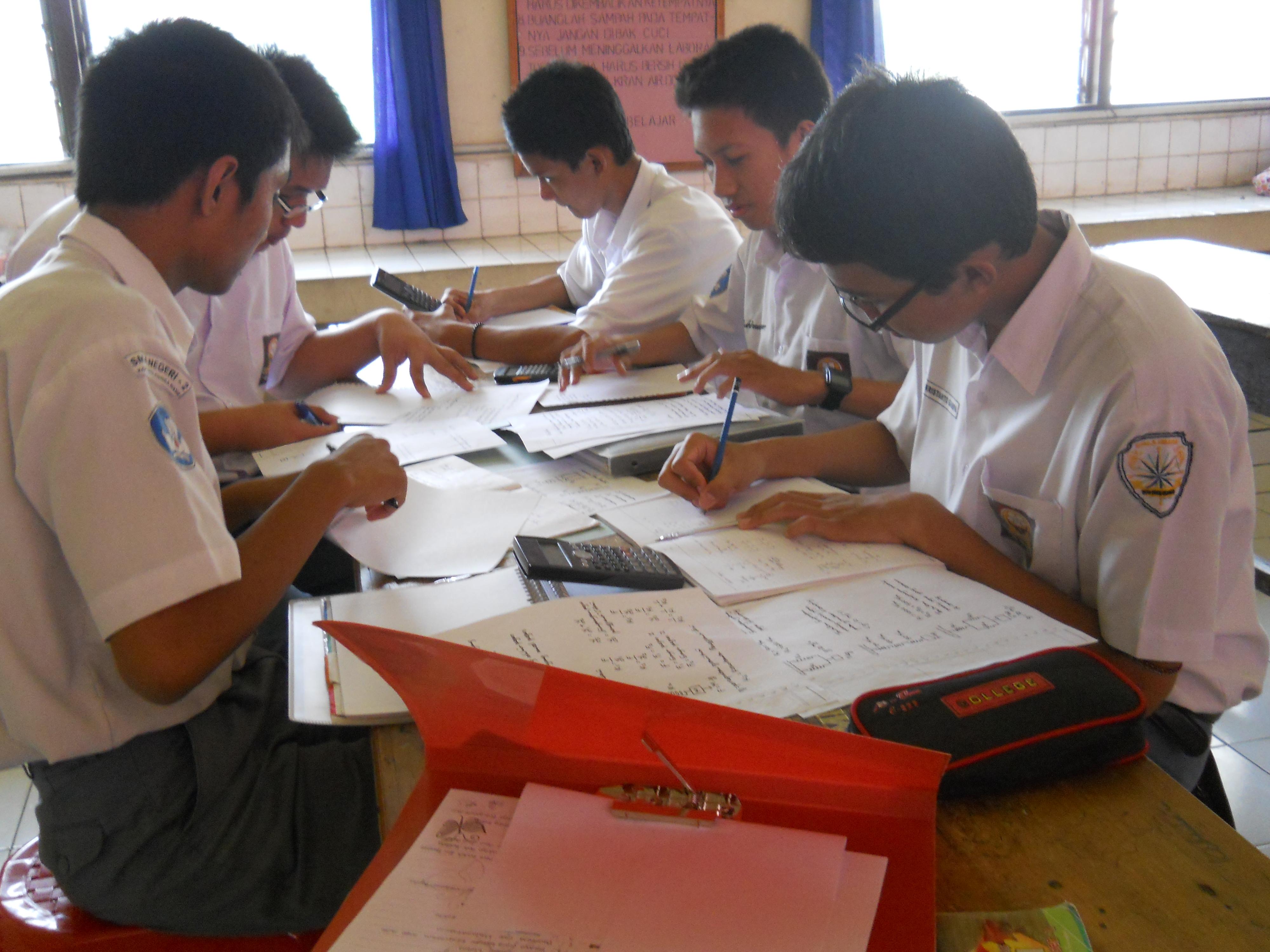 Hasil gambar untuk siswa sma belajar kelompok